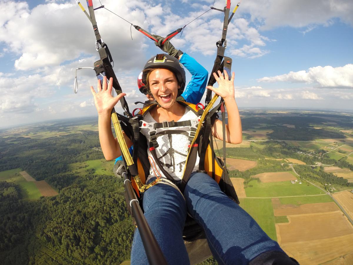Skrydžio metu pakilsite su patyrusiu pilotų į 250-350m aukštį, pasigrožėsite žeme iš viršaus ir saugiai nusileisite. Skrydžio metų fotografuosime ar filmuosime jus su Go Pro kamera.
