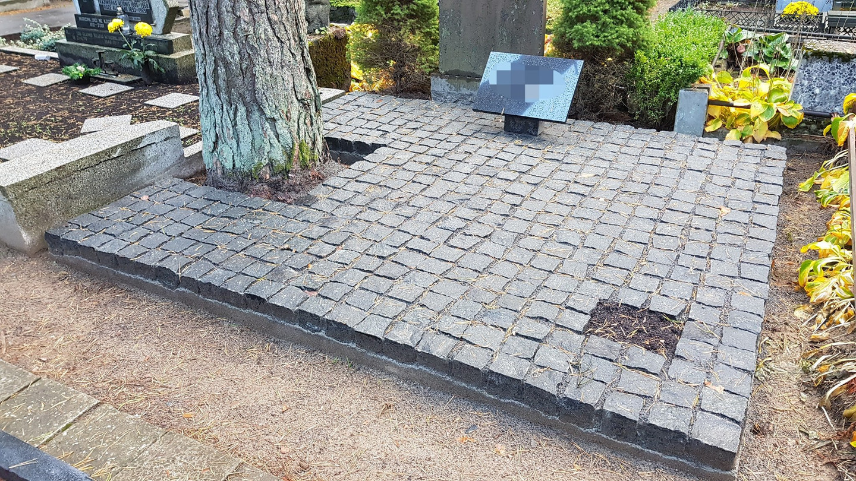 Kapavietės klojimas skaldytomis granito trinkelėmis