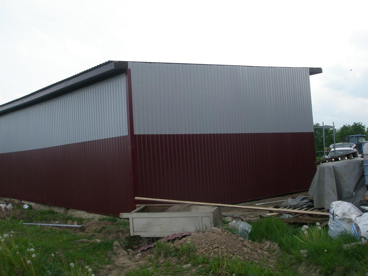 Statome angarą - sandėliavimo patalpą ūkininkui. Sienas ir stogą montuodami iš skardos lakštų radome pigiausią, ekonomiškiausią ir ilgalaikiškiausią sprendimą. Tokių sienų niekada nereikės perdažyti ar kitaip prižiūrėti.