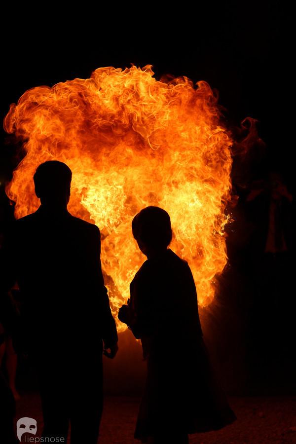 Senovės burtus menantis, jaukus ir paslaptingas gintaro dullkių ritualas  gali  šiltų emocijų atnešti ir į Jūsų šventę.