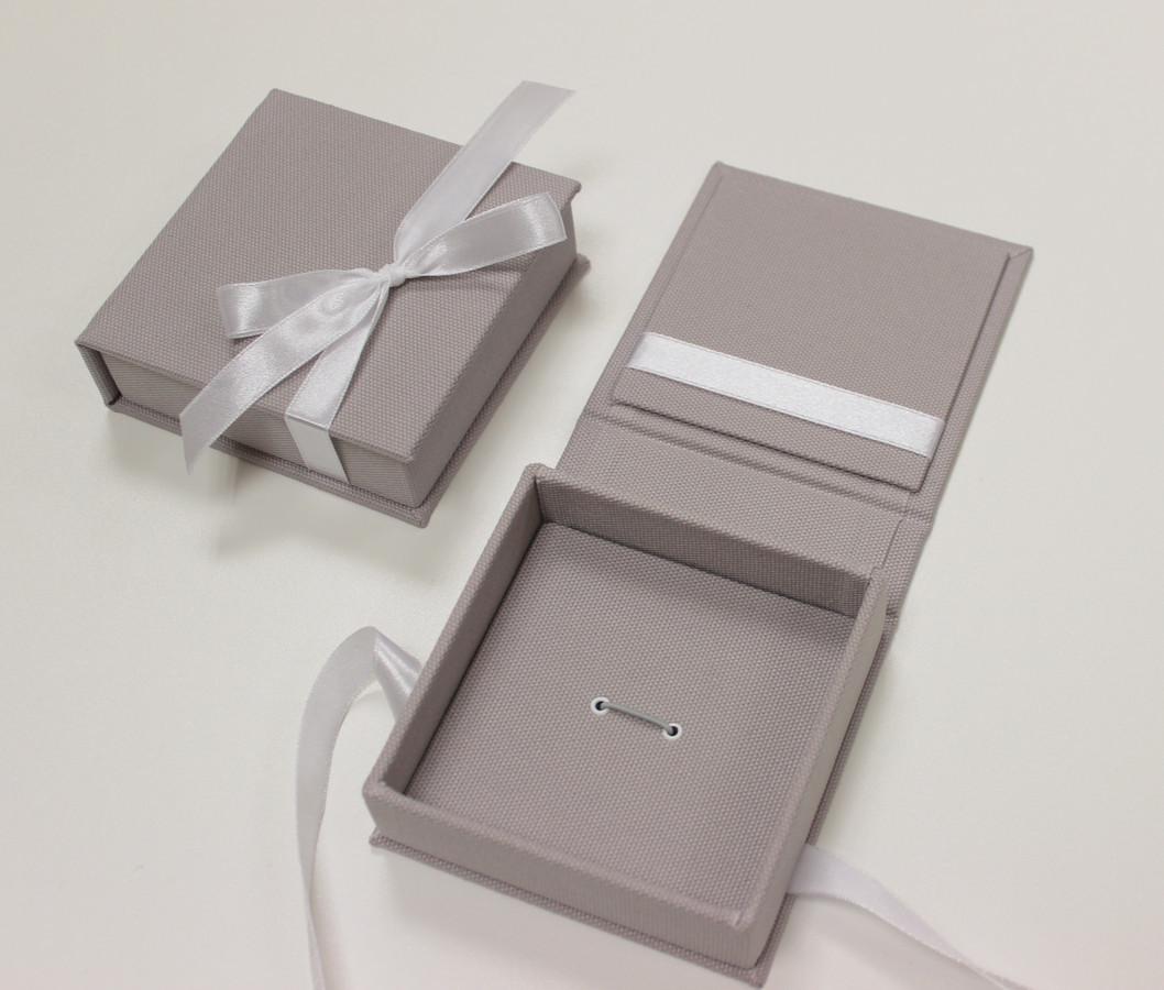 usb dėžutės: kvadratinės 10x10cm, viduje gali tilpti ne tik usb bet ir maža nuotrauka 8x8cm arba mielas atvirukėlis su palinkėjimu.