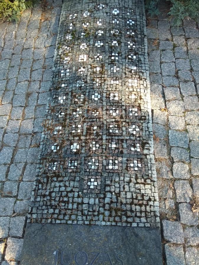 Čia ne mano darbas , bet man labai patinka. Antakalnio kapinės, Vilnius.