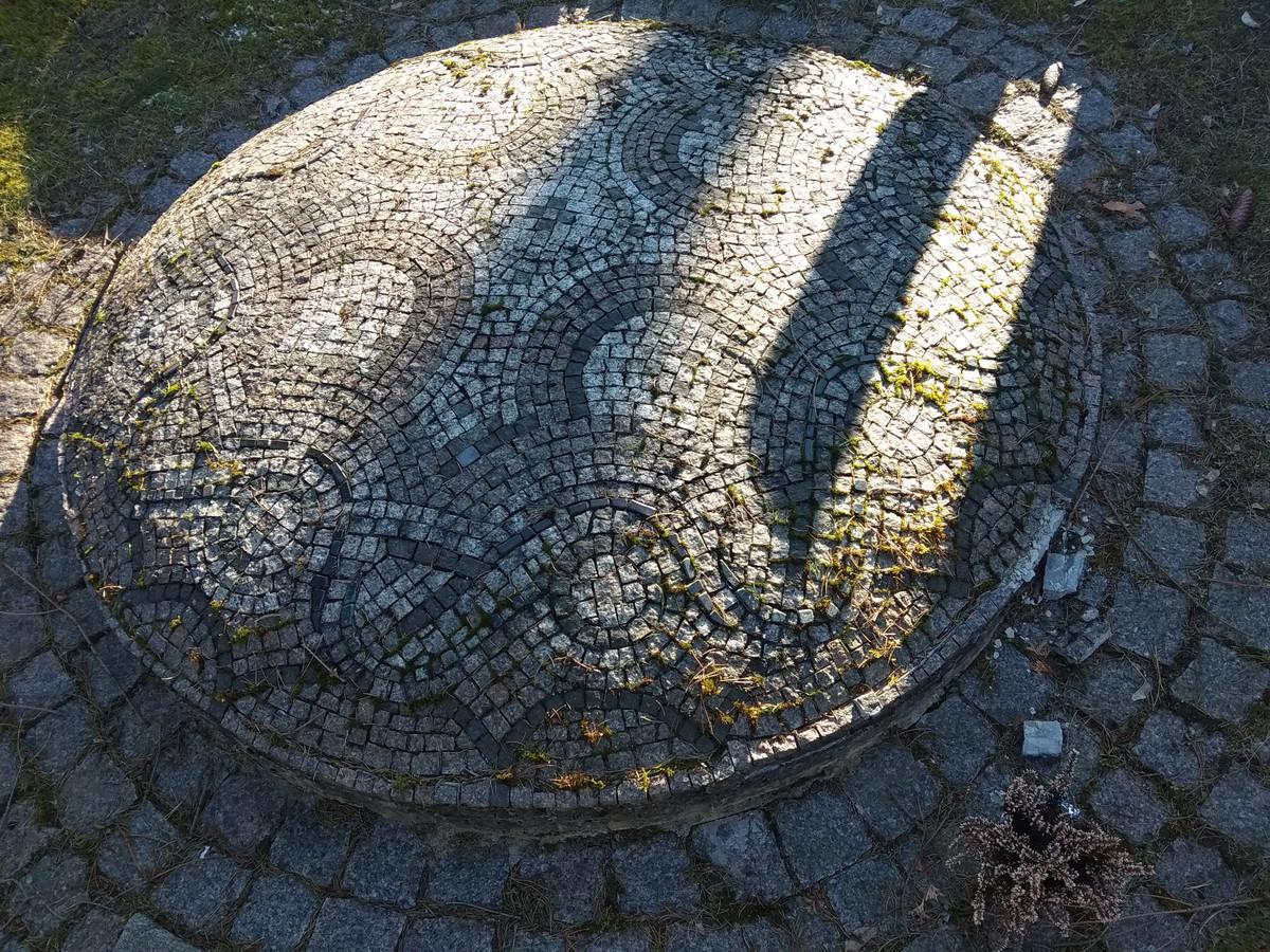 Ir šio darbo autoriaus  aš nežinau, bet tai puikus pavyzdys , kaip sutvarkyti kapą. Antakalnio kapinės, Vilnius.