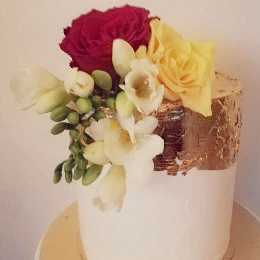 Dviejų aukštų - 30 cm aukščio tortas. Du skirtingi skoniai.