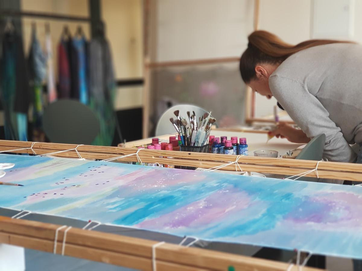 Kviečiu į tapybos ant šilko kursus vaikus ir suaugusius. Supažindinsiu su tapyba bei tapymo galimybėmis bei viską išbandysite praktiškai.