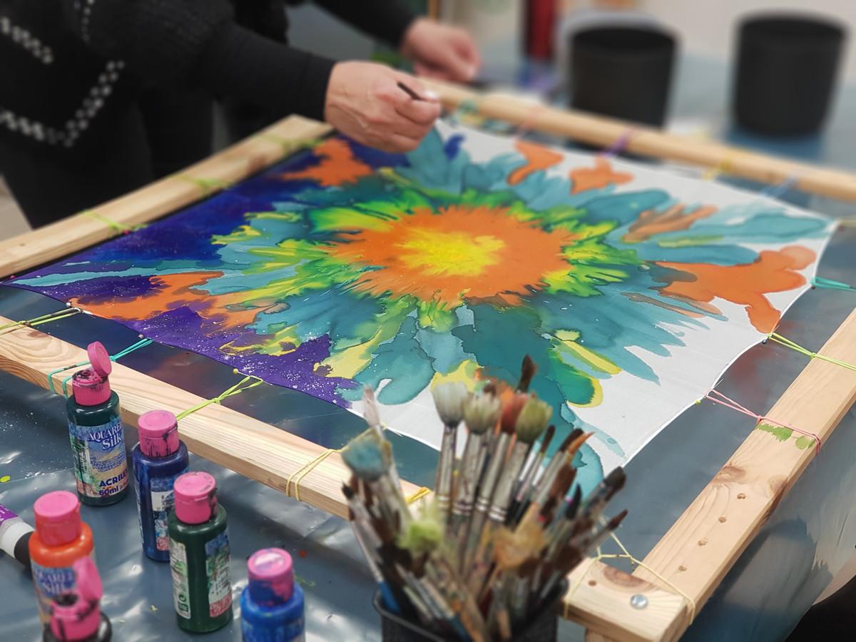 Siūlau išmokti tapyti ant šilko. Kursai vyksta vakarais ir savaitgaliais. Visas priemones suteikiu.