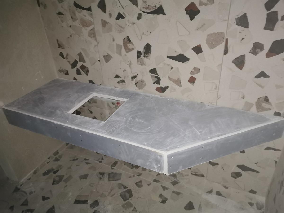 Pagaminome štai tokį baldą praustuvėms iš profilių ir gipso plokščių. Ant pakabinamo baldo montuojasi plytelės ir įmontuojamos praustuvės.