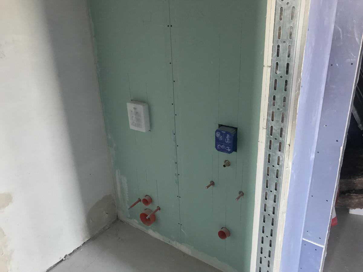 Atlikti darbai: - pakabinamos lubos, - pertvarų, sienų montavimas. Klientui buvo labai svarbu apsisaugoti nuo aplinkinio triukšmo, tad ypatingas dėmesys buvo skirtas gerai garso izoliacijai.