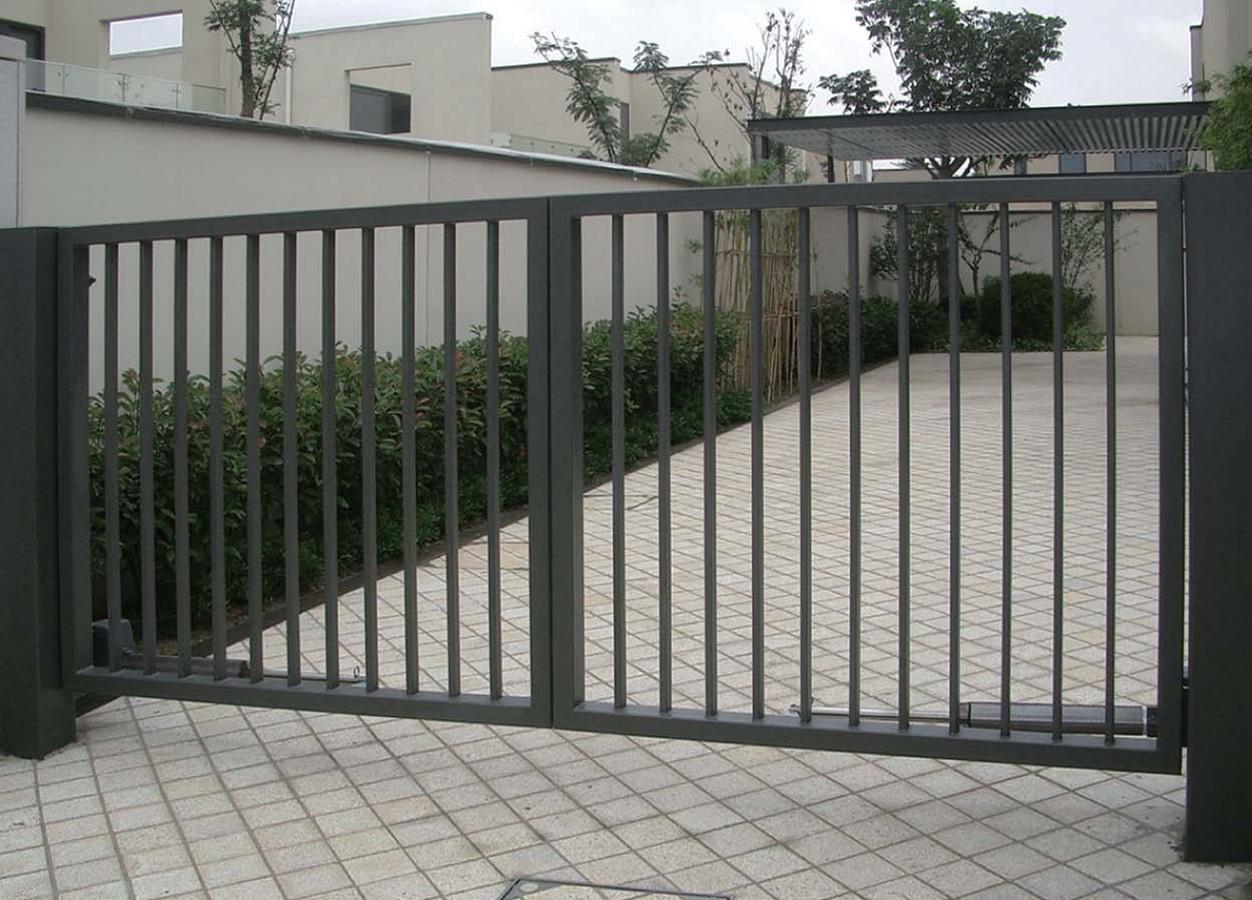 Varstomi kiemo vartai iš strypelių. Vienas iš variantų.