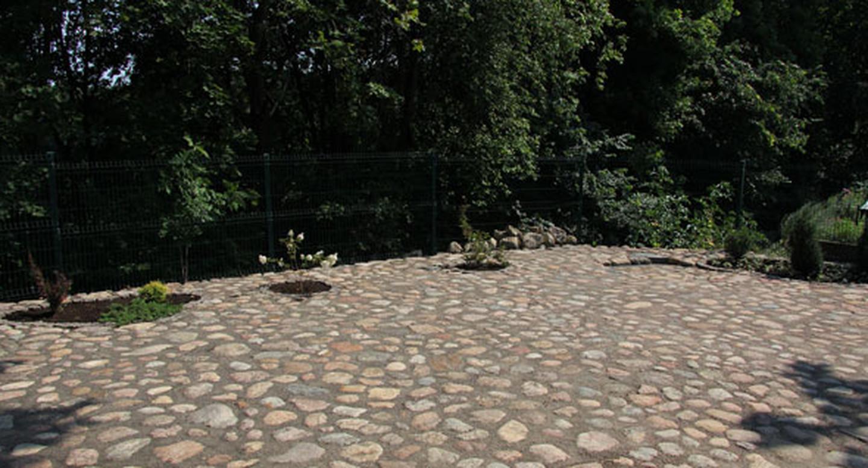 Aleksote,riedulio grindinys ,gėlynai.Grindinys iš lauko akmenų.