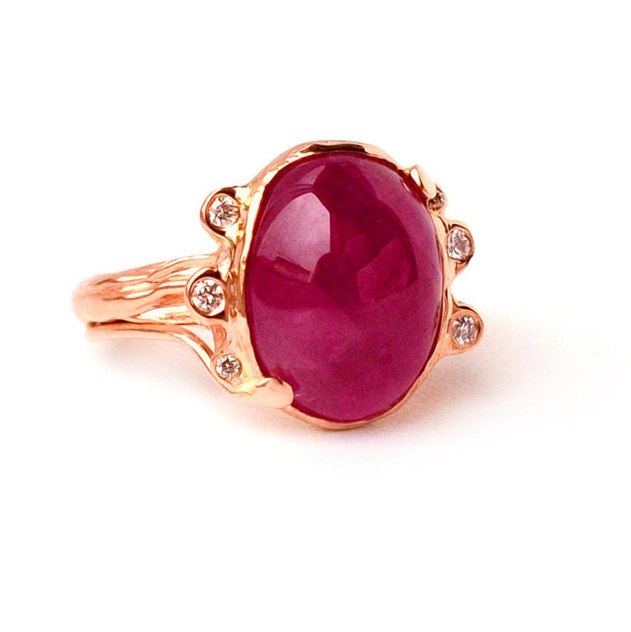 Raudono aukso žiedas su natūrliu rubinu ir briliantais.