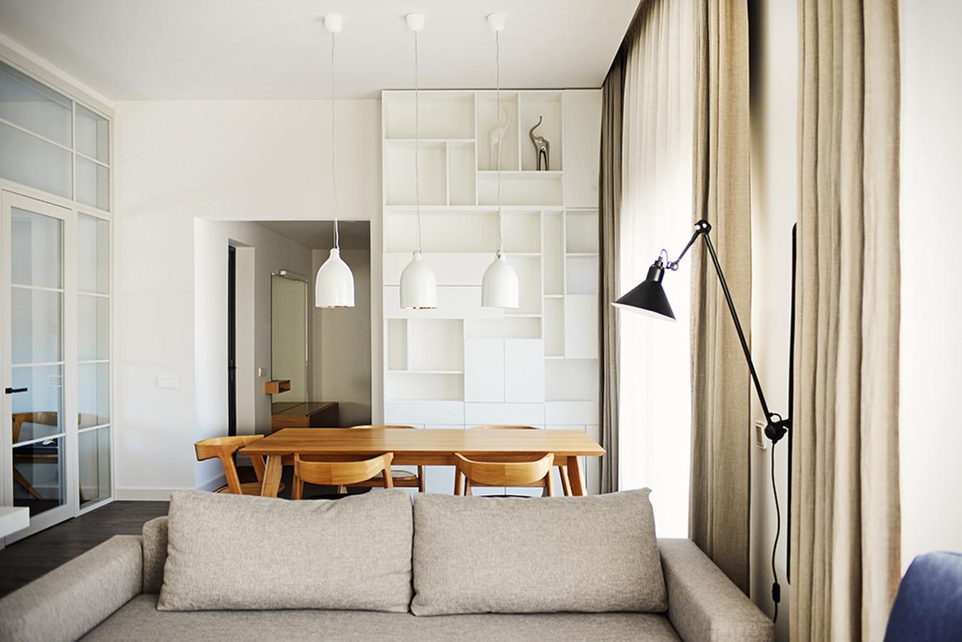 Minimalistinė namo architektūra, aukštos lubos ir namų šeimininkų simpatijos skandinaviškam stiliui padiktavo pagrindinius interjero sprendimus.