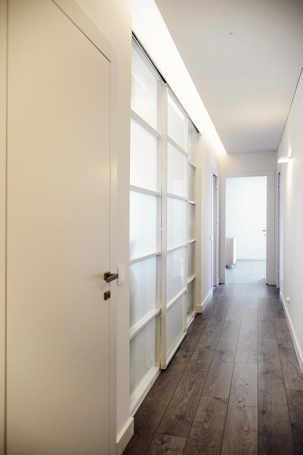 Drabužinė atskirta stiklinėmis stumdomomis durimis, tokiu būdu koridoriuje atsirado natūralios šviesos.