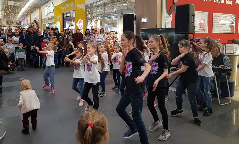 Vaikų ir jaunimo linijinių šokių šokėjų šventinis pasirodymas.