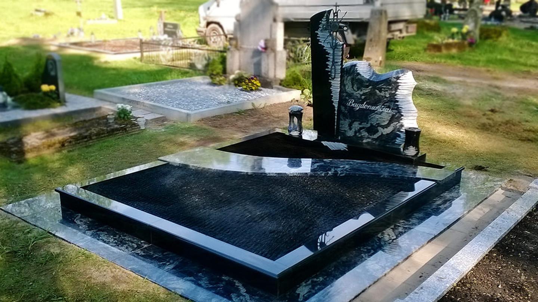 Takas aplink kapą iš akmens plokščių.