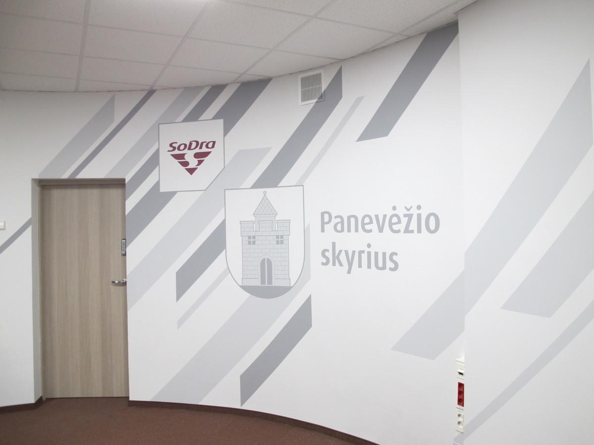Sienos dekoras pagal dizainerio eskiza Panevėžio Sodros skyriuje