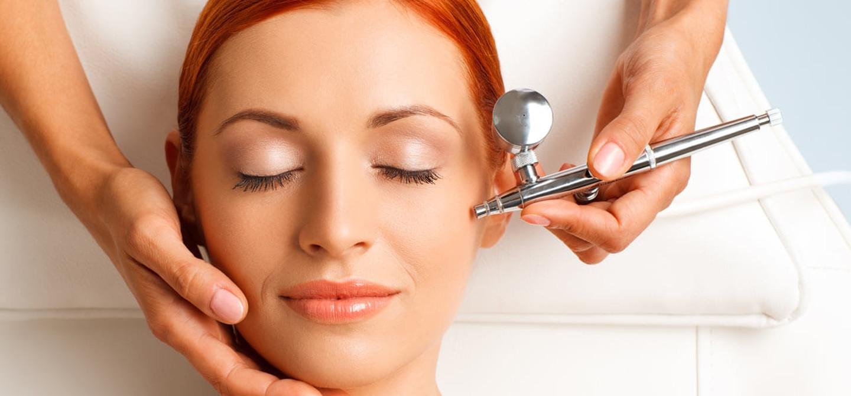 Gryno deguonies terapija odai Deguonies mezoterapijos be injekcijų procedūros metu naudojamas specialus deguonies koncentratorius, kuris generuoja gryno deguonies iki 96 %.  Prisotinus odą deguonimi, normalizuojasi jos medžiagų apykaita, greitėja regeneracijos procesai, atkuriama sveikos odos ir plaukų išvaizda.  Procedūra yra visiškai neinvazinė, neskausminga, alternatyva klasikinei mezoterapijai. Procedūros metu jaučiama tik vėsi koncentruoto deguonies srovė. Atsižvelgiant į pasirinktą serumą, atitinkamas rezultatas gaunamas vos per 20 minučių ir matomas  jau po pirmosios procedūros! Plačiau: https://www.facebook.com/notes/kosmetolog%C4%97-ingrida/naujiena-holywoodo-%C5%BEvaig%C5%BEd%C5%BEi%C5%B3-pam%C4%97gta-gryno-deguonies-terapija-odai/517206681773760