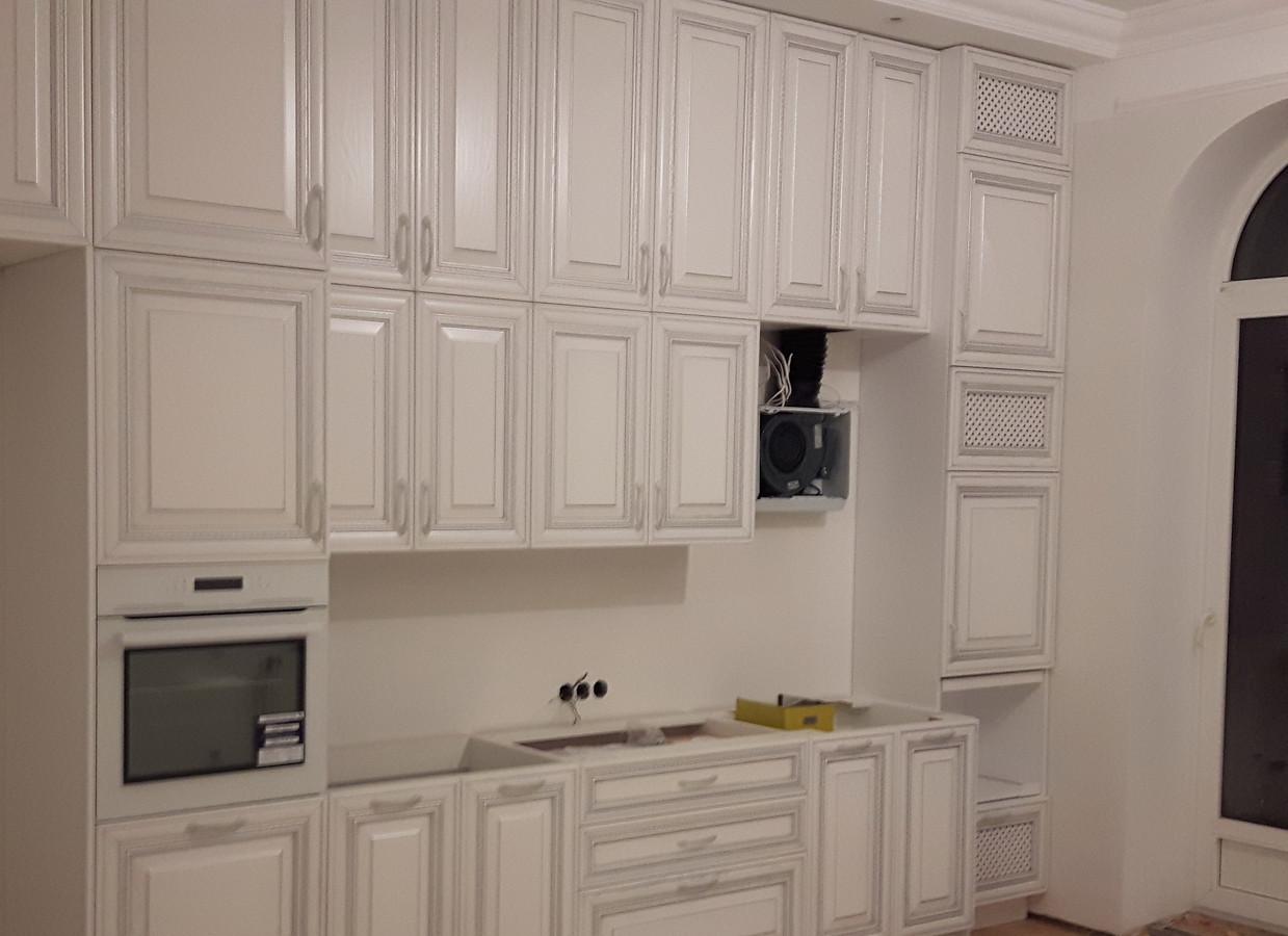 darbo eigoje... klasikinė virtuvė su itališkais mediniais uosio fasadais, patinuotais sidabru