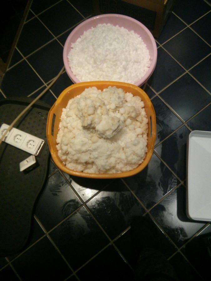 Apleisto ir su nekokybiška tabletuota druska eksploatuoto nukalkinimo filtro druskos tirpalo talpos turinys. To pas jus neturi būti. Reguliari profilaktika padeda to išvengti.