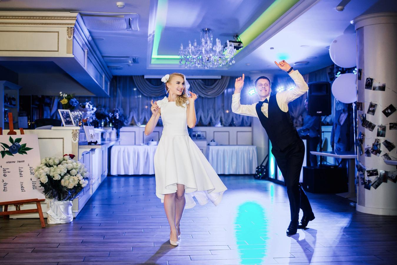 Patogi, elegantiška suknelė skirta skirta jaunavedžių šokiui.