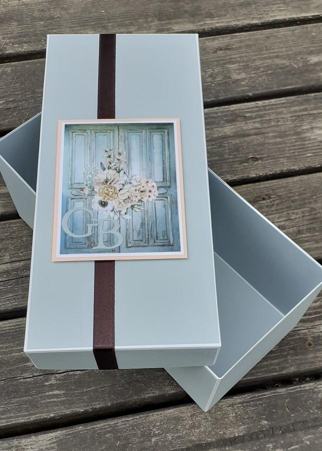 pagal individualų užsakymą gaminta dovanos dėžutė vestuvių proga su jaunųjų inicialais.