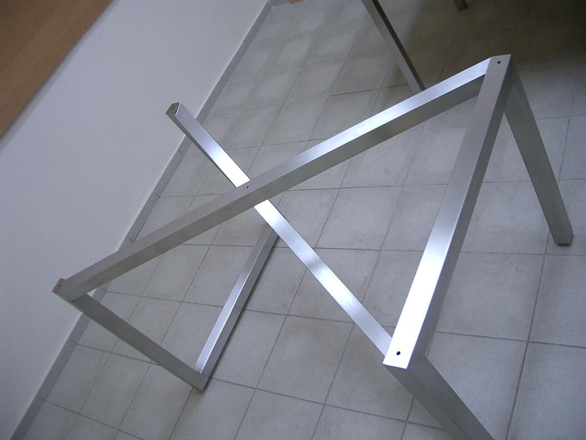Nerūdijančio plieno stalo karkasas.