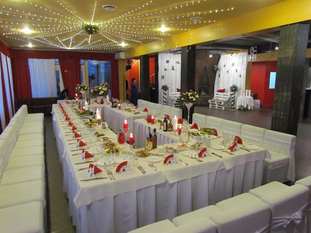 Vestuvinis stalas (akcentas-raudona)