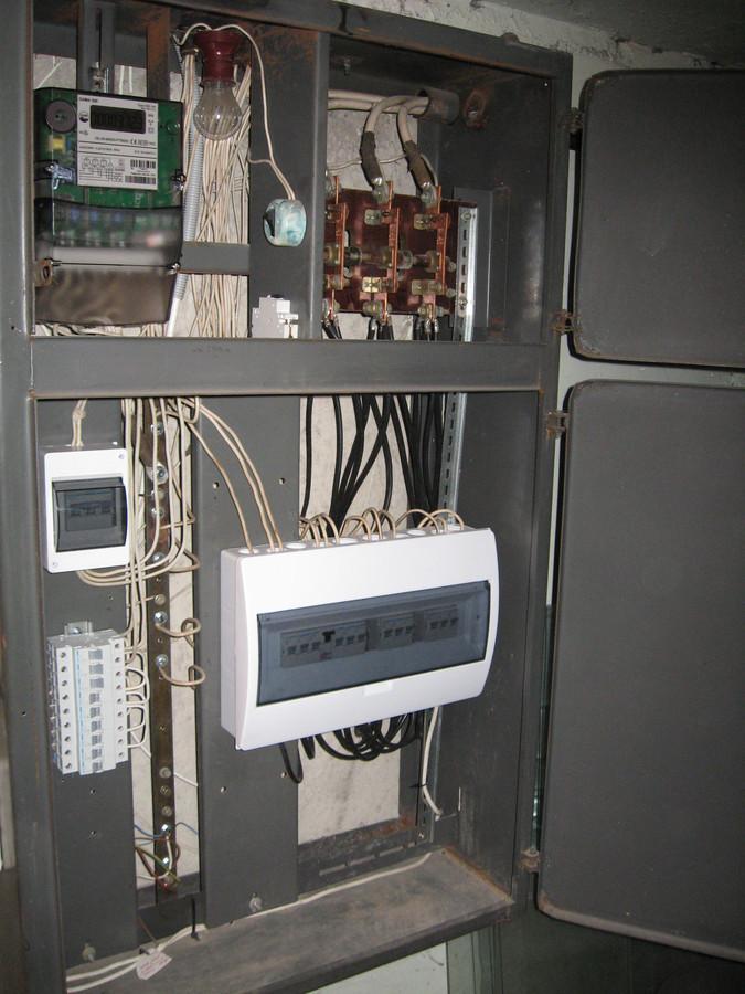 Įvadinė daugiabučio gyvenamojo namo elektros apskaitos / paskirstymo spinta (po atnaujinimo).