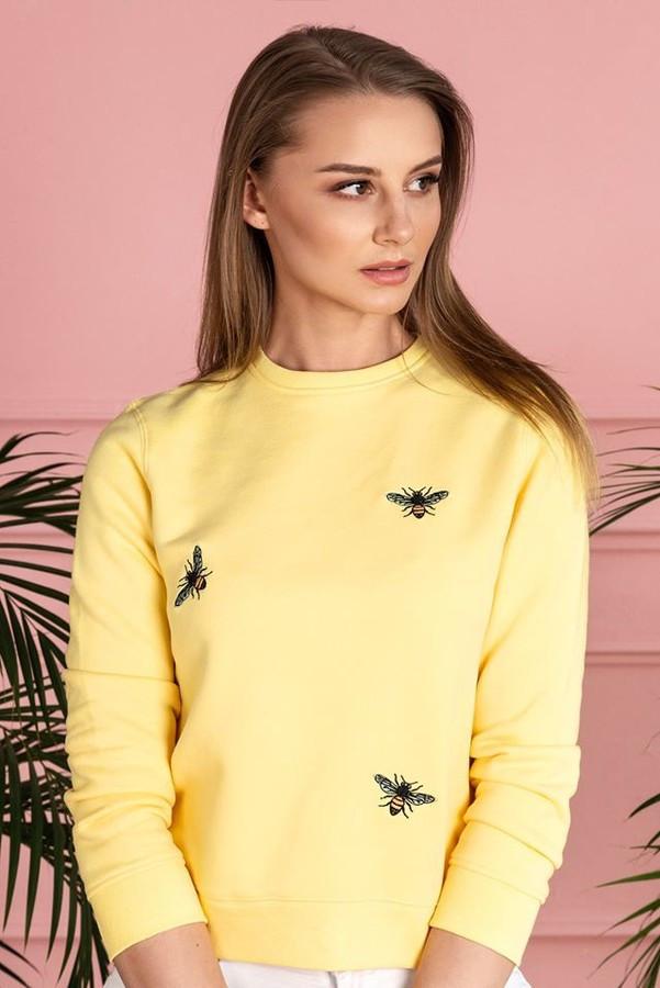 """Vasariškas džemperis """"Bee free"""" – komfortiškas, švelnus (su lengvu pūkeliu iš vidaus) demisezoninis drabužis. Džemperį puošia unikalus išsiuvinėtas piešinys."""