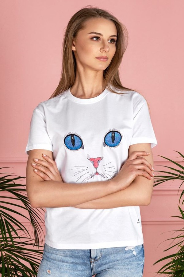 """Stilingi bei nuotaikingi balti marškinėliai """"Cat eyes"""" – lengvas, vasariška gaiva dvelkiantis drabužis. T modelio marškinėliai su trumpomis rankovėmis, kuriuos puošia išskirtinis išsiuvinėtas piešinys"""