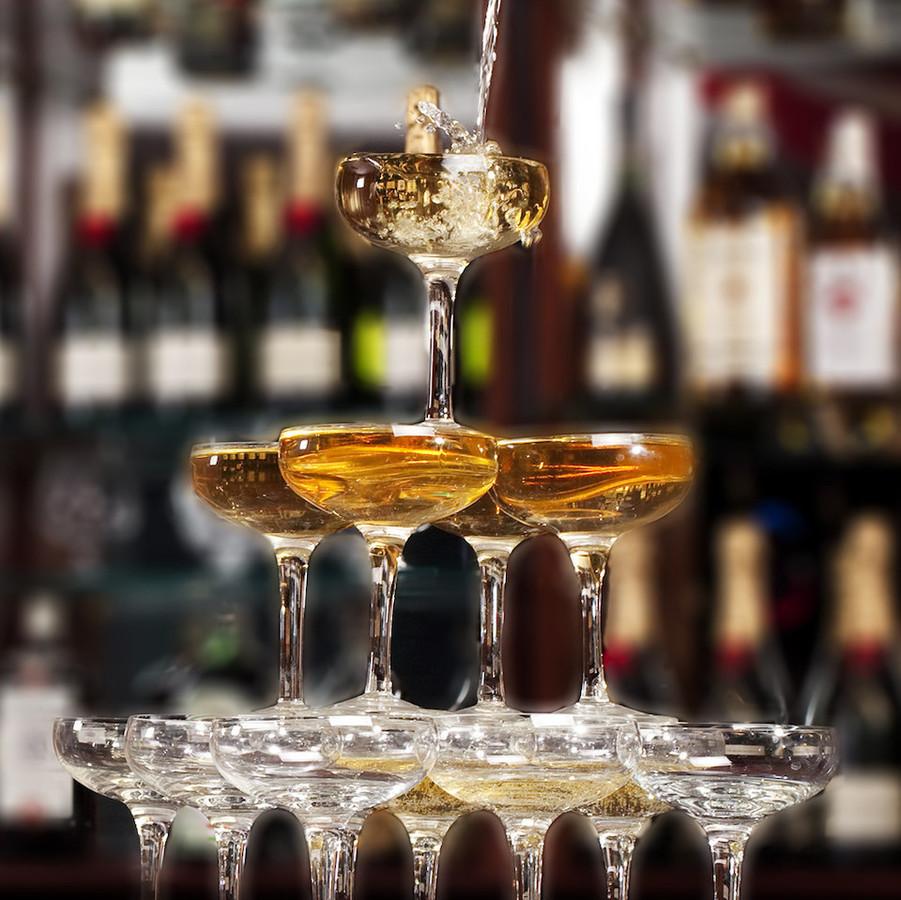 Baras Jūsų šventėje. Patyrę barmenai dovanos Jūsų renginiui išskirtinumo paruošdami kokteilius pagal svečių pageidavimus ar šampano piramides.