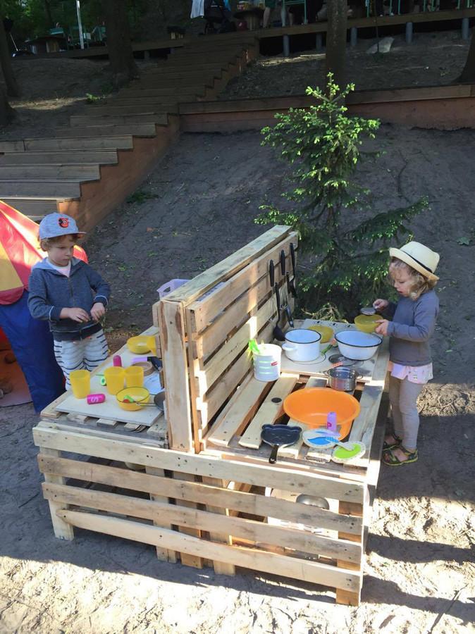 """Vaikų žaidimo aikštelė """"virtuvėlė"""". Paletės.  Užsakovas: Downtown Forest & Hostel & Camping."""