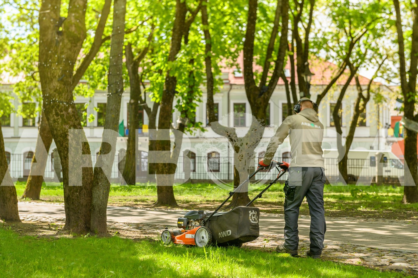 ? Vejos įrengimas ir atnaujinimas. ? Vejos sėjimas ir tręšimas. ? Vejos pjovimas, aeravimas ir priežiūra. ? Žolės ir pievų šienavimas. ? Piktžolių, samanų naikinimas.