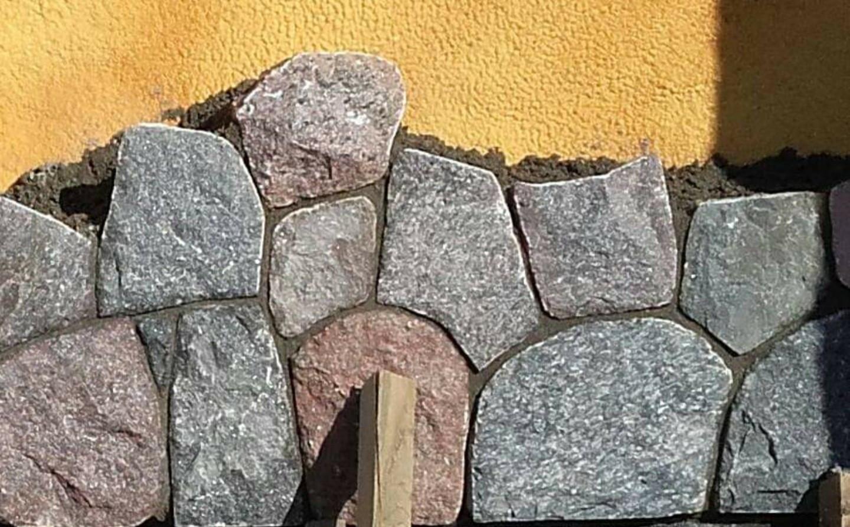 Skaldyto akmens mūras.Siūlių storis 4mm Suvedimas viena linija.