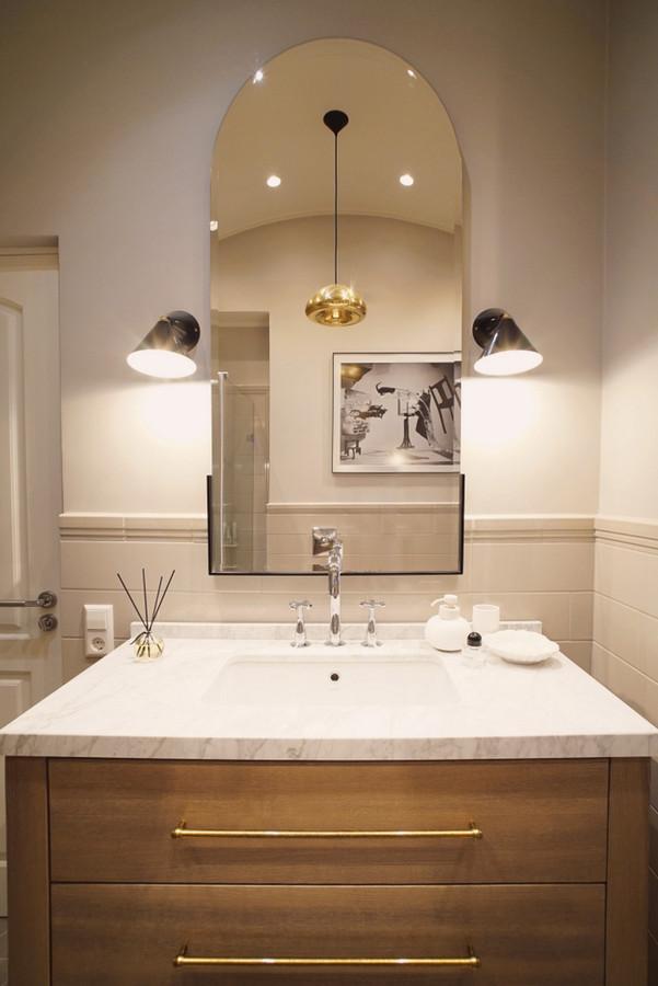 Vonios interjeras. Vonios spintelė pagaminta iš natūralaus ąžuolo. Stalviršis - baltas marmuras