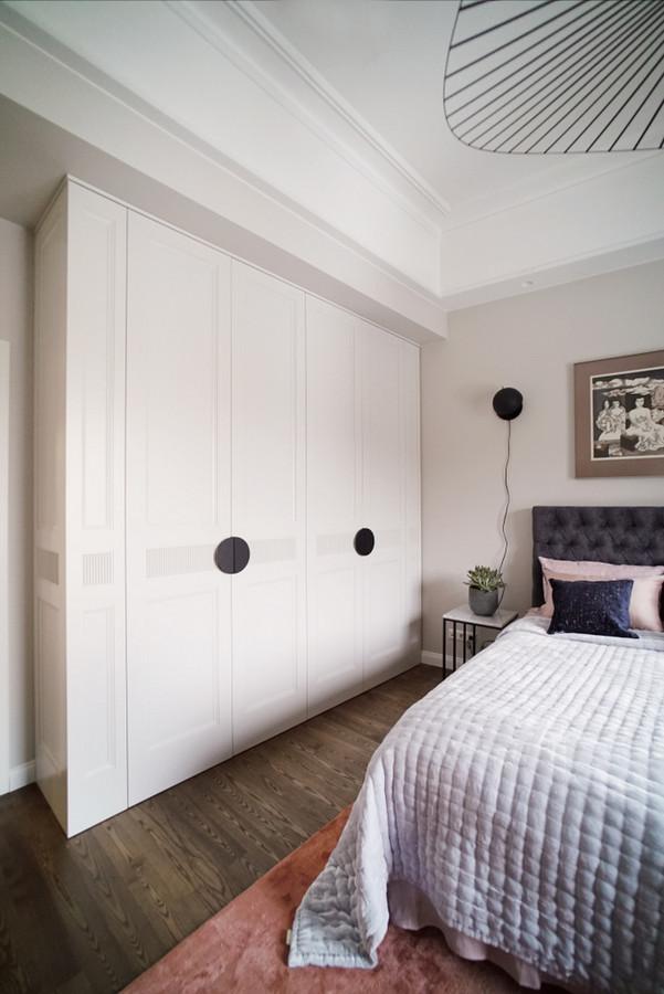 Miegamojo spinta pagaminta pagal individualų projektą.