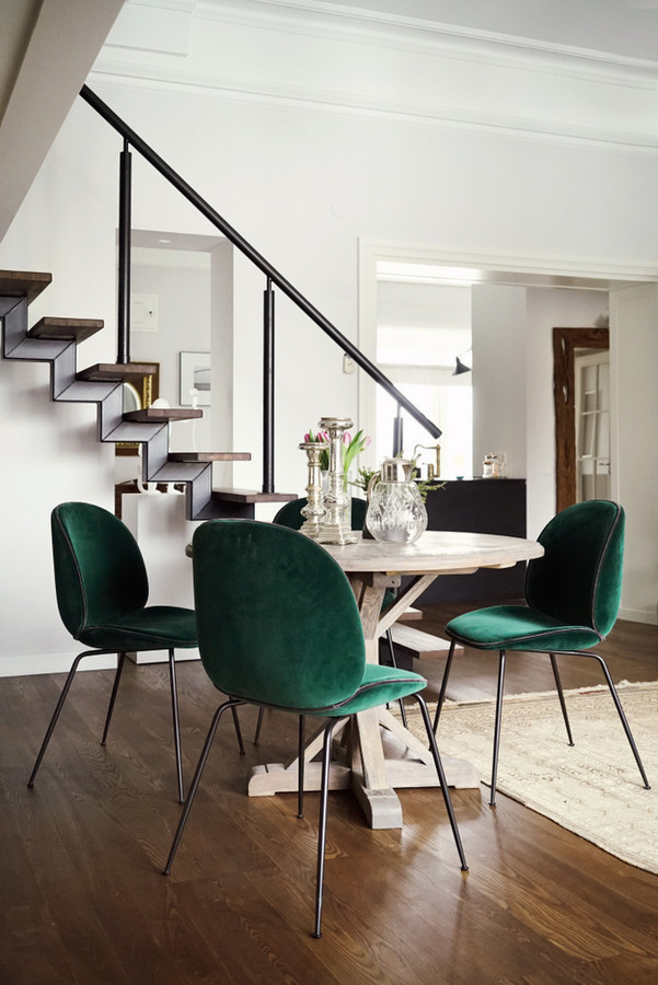 Modernios klasikos interjeras.  Valgomojo stalas pagamintas iš sendinto ąžuolo.