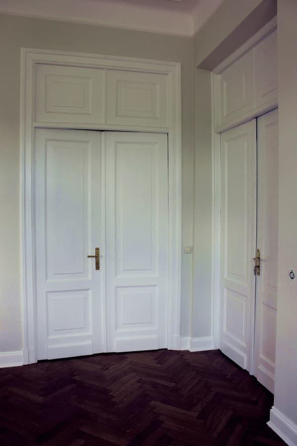 Restauruotos tarpukariu statytų apartamentų durys.