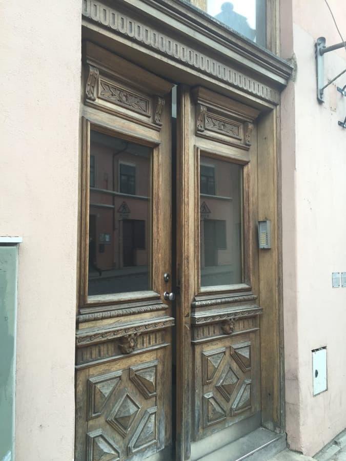Lauko durys prieš restauraciją.
