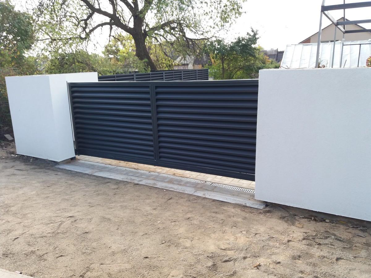 Gaminame ir montuojame stumdomus kiemo vartus, siūlome įsigyti kokybišką vartų automatiką, galime pajungti. Dirbame visoje Lietuvoje.