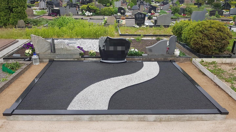 Kapavietės dekoravimas juoda blizgia ir taškuota pilkšva granito skaldele.