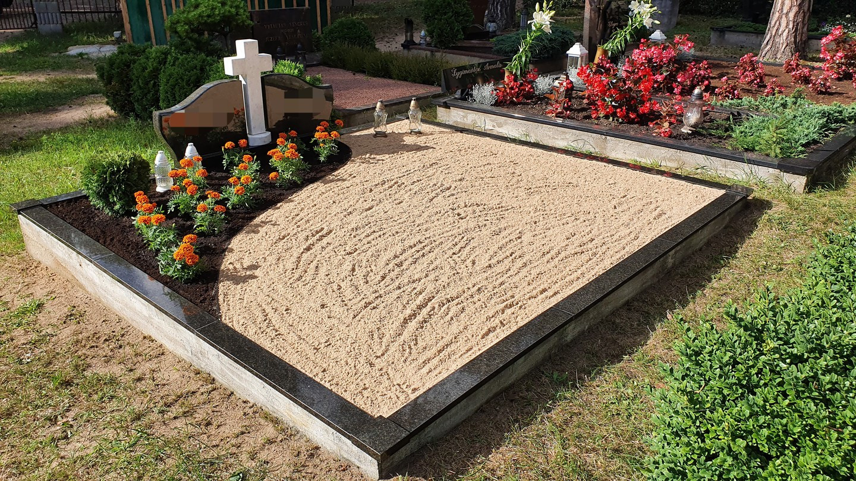 Kapavietės dekoravimas smėliu, apželdinimas gėlėmis ir dekoratyviniais augalais.