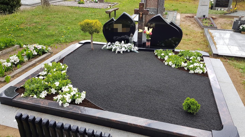 Kapavietės dekoravimas granito skalda, apželdinimas gėlėmis.