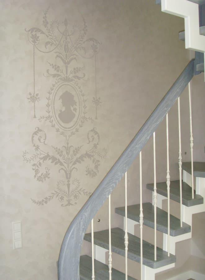 dekoruota siena ties laiptais