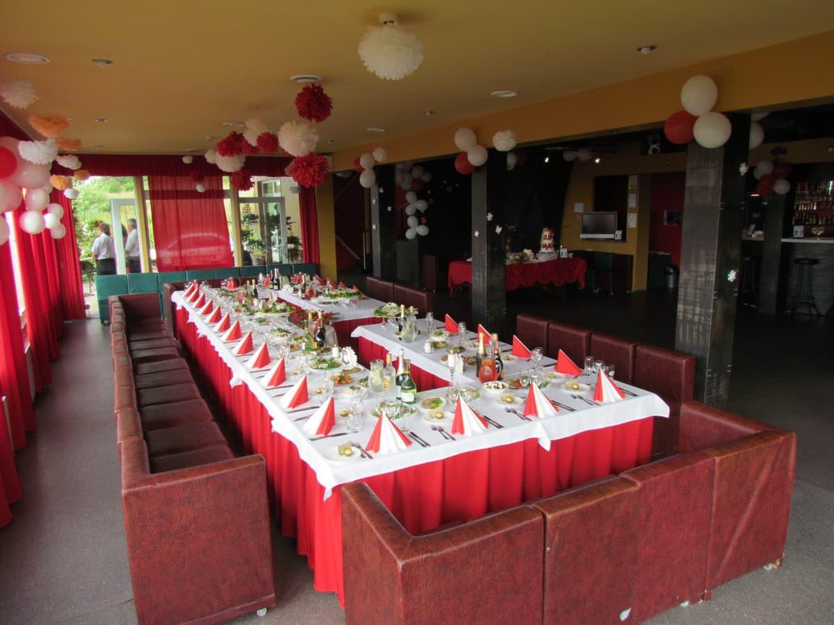 Stalas 30 žmonių