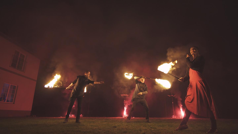 Kadras iš ugnies tango su pirotechniniu apšvietimu