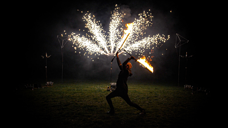 Pirotechnikos fontanai ir ugnies šou atlikėjas su degančiais kardais