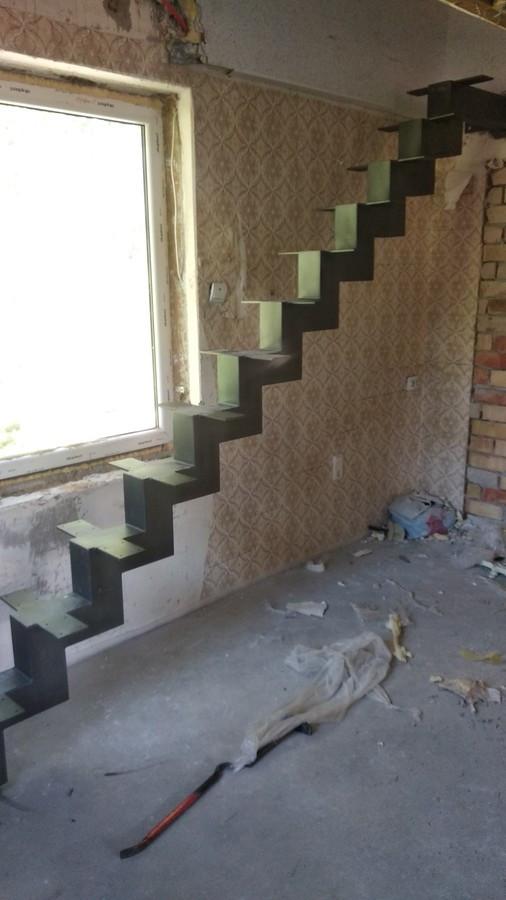 Paprasti, tiesūs laiptai.