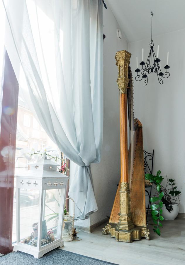 Tai dialogas, apmąstymas ir bendravimas pasiekiamas naudojant muzikinę priemonę-arfą.