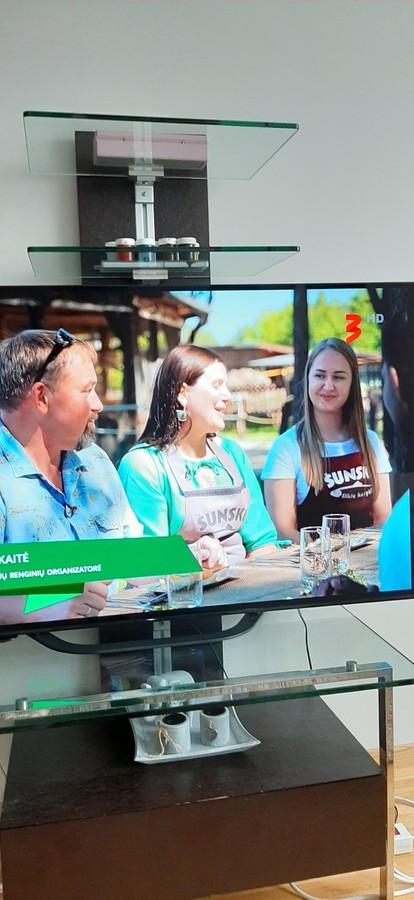 """2020-08-29 Tv 3 laidoje ,,Maisto kelias"""" mūsų darbais pasipuošė laidos dalyviai. Prijuostes pagamino Namų Madam https://www.facebook.com/namu.madam Siuvinėjimo paslaugą atliko  MB ,,Egiedra"""""""